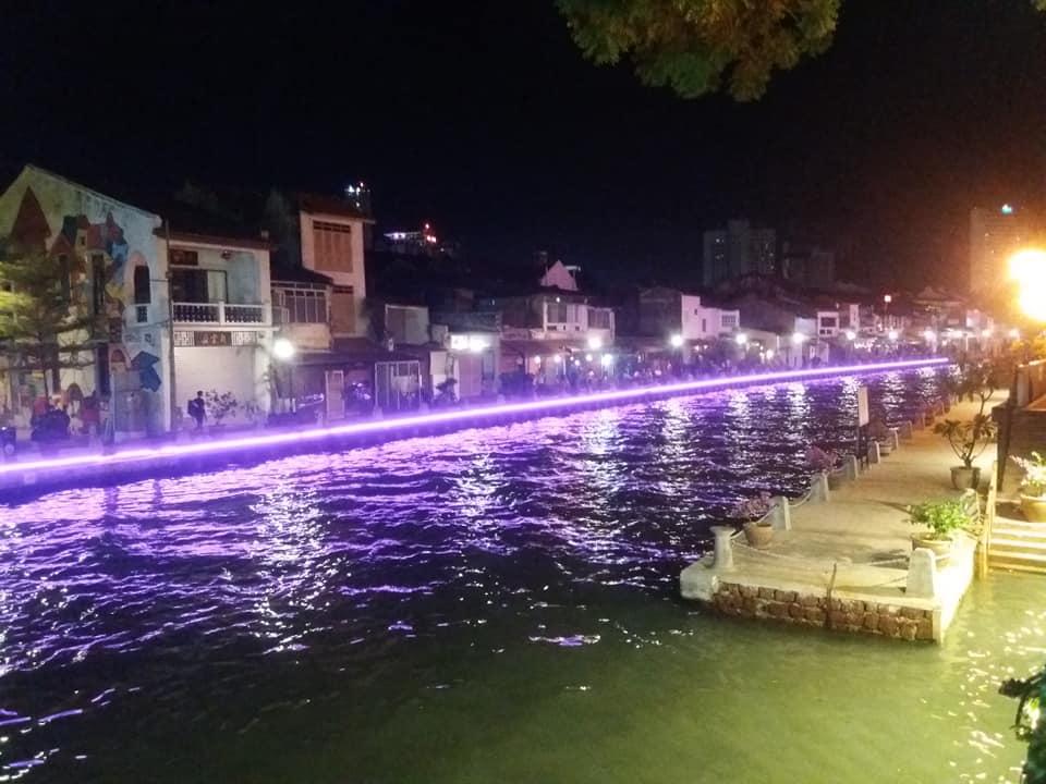 Bares a orillas del río en Malaca por la noche